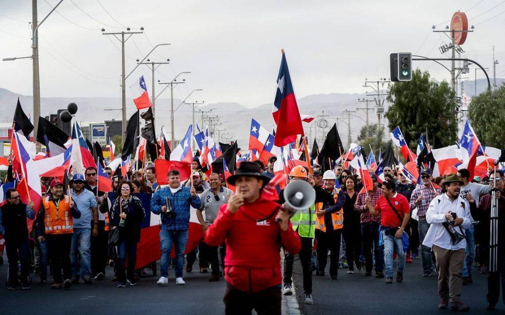 ¡A seguir en las calles hasta que caiga Piñera, todos ellos y la Constitución del 80!